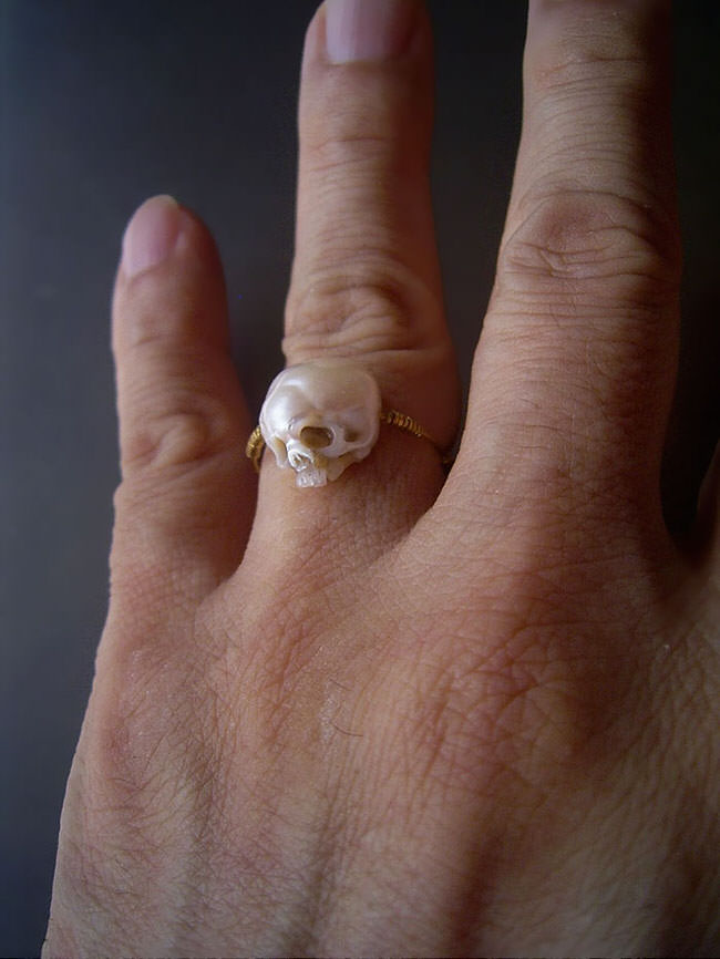 carved-pearl-skulls-jewelry-10